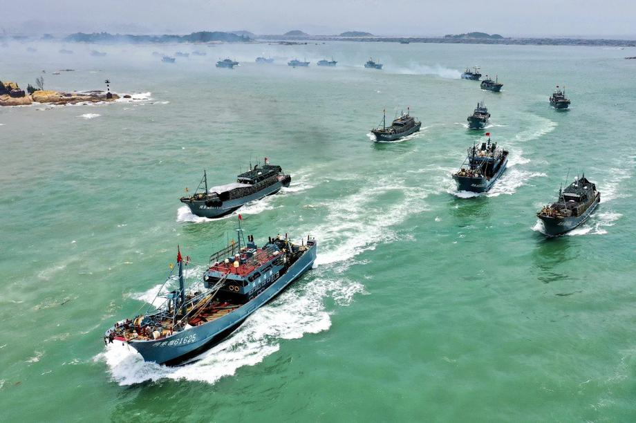 Trung Quốc cấm đội tàu cá đông đảo đánh bắt mực trên vùng biển quốc tế