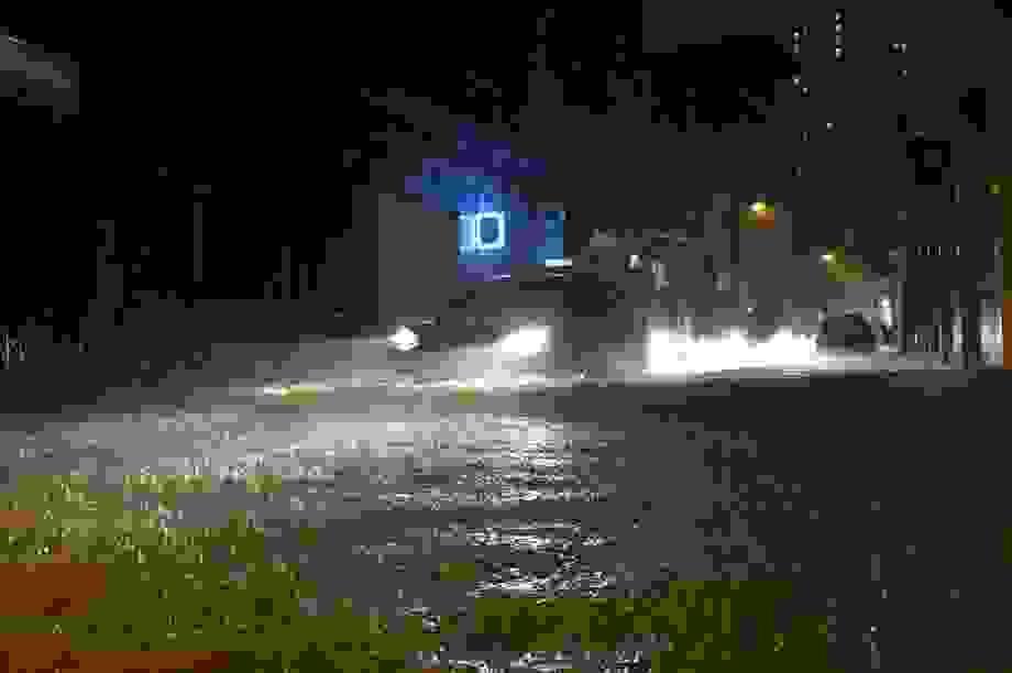 """Hà Nội: Phố """"chìm"""" trong nước sau trận mưa lớn kéo dài"""