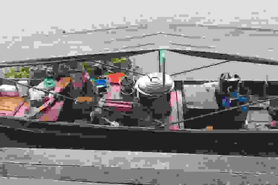 Nhiệt tình đi thuyền ra giữa sông để giao bánh cho khách