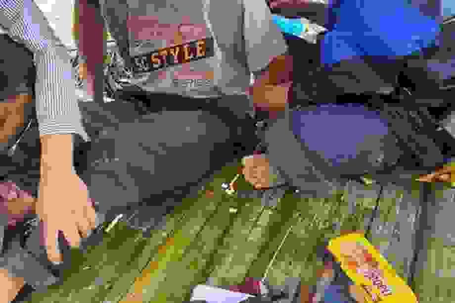 Bắt nhóm buôn ma túy dùng vũ khí nóng chống trả, hai công an bị thương