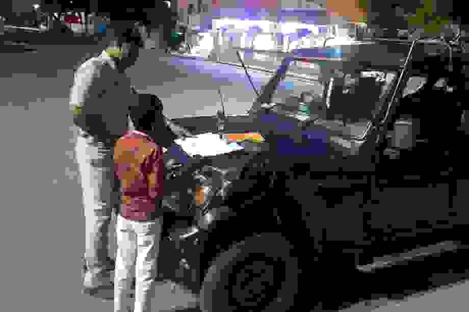 Ấn Độ: Cảnh sát dạy học cho cậu bé nghèo trên đường phố
