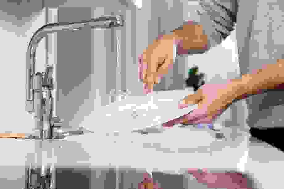 Tráng bát đĩa trước khi cho vào máy rửa bát sẽ làm bát đĩa bẩn hơn