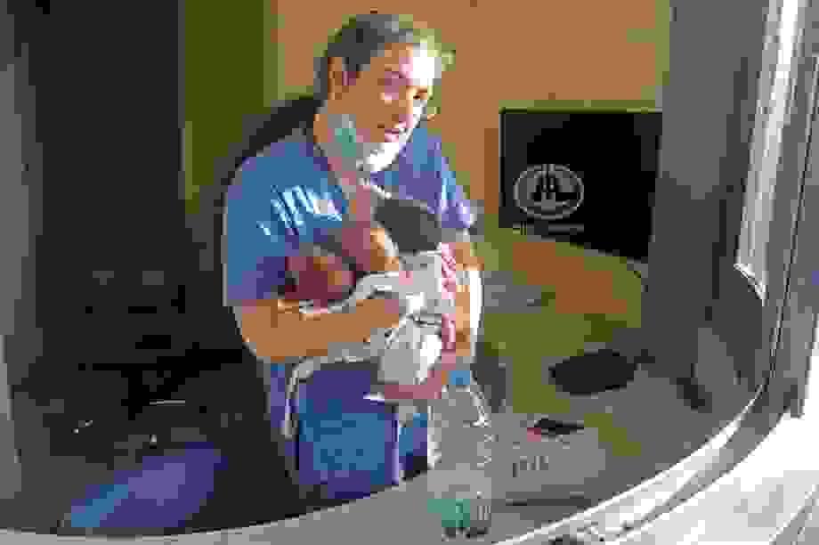 Xúc động khoảnh khắc y tá cứu 3 trẻ sơ sinh khỏi vụ nổ Li Băng