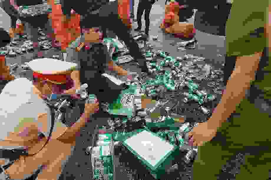 Người dân, công an giúp tài xế xe tải gom nhặt hàng trăm két bia bị rơi
