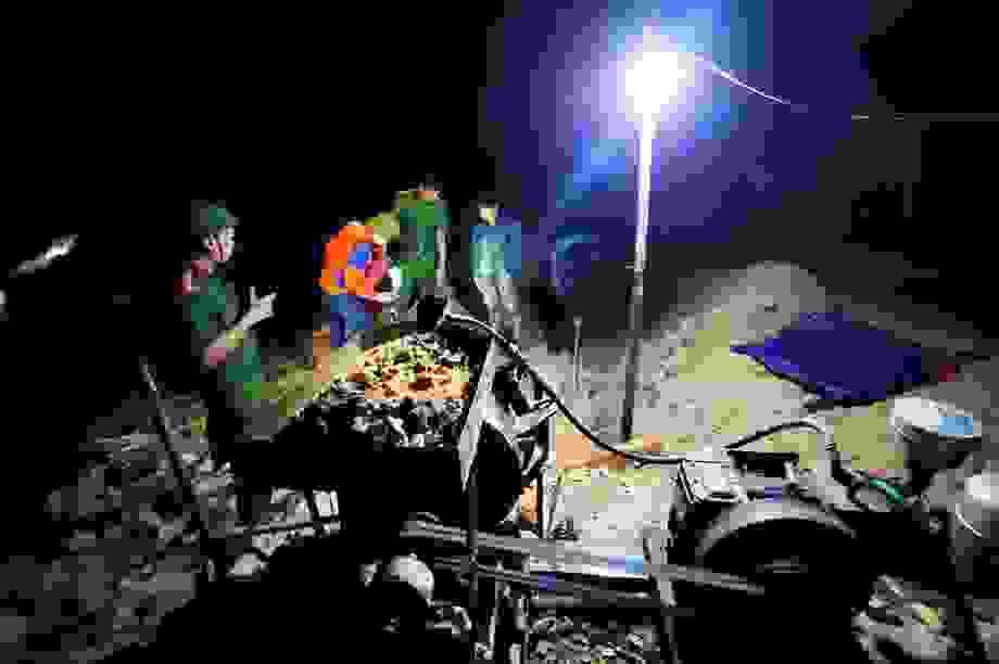 Đột kích mỏ vàng trong đêm, bắt giữ 2 nhóm đối tượng khai thác trái phép