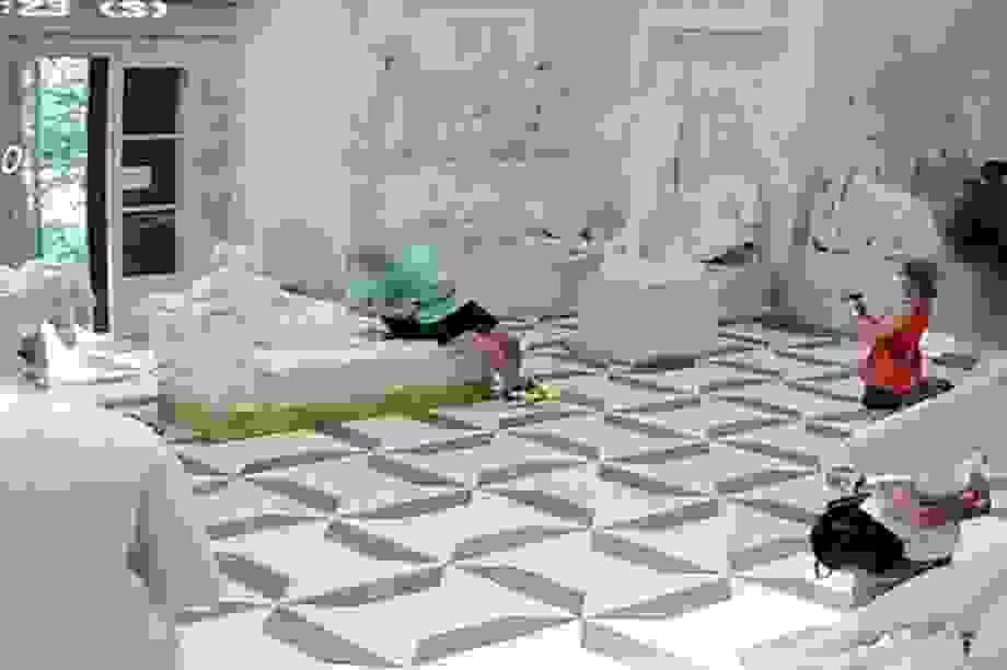 Ngồi lên tượng chụp ảnh, du khách làm hỏng tác phẩm điểu khắc nổi tiếng