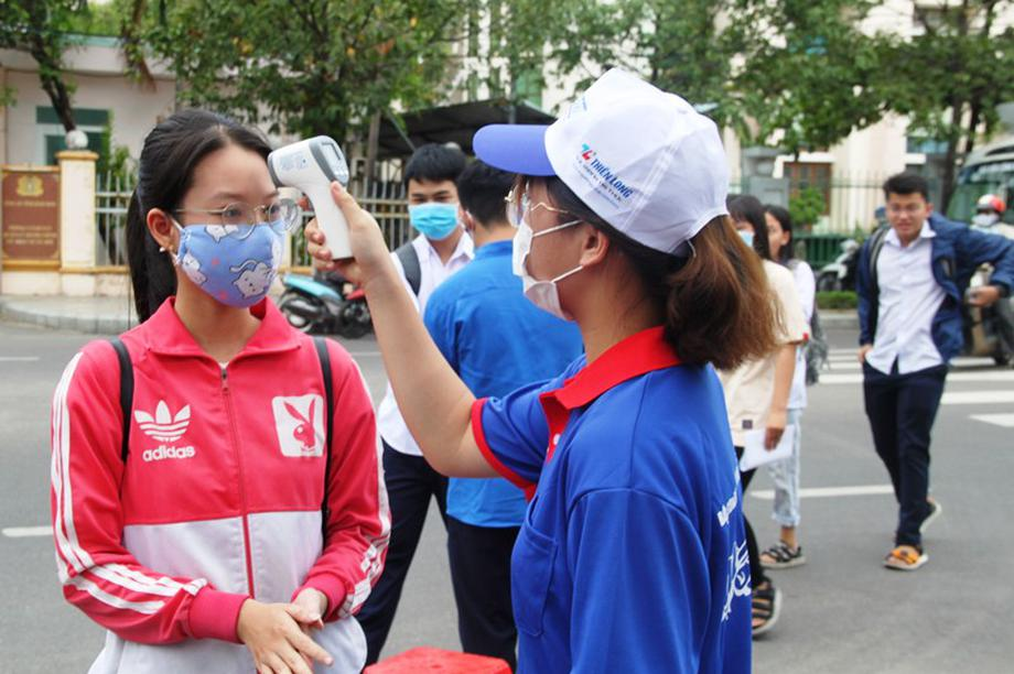 Tình nguyện viên vừa tiếp sức mùa thi, vừa chống dịch Covid-19