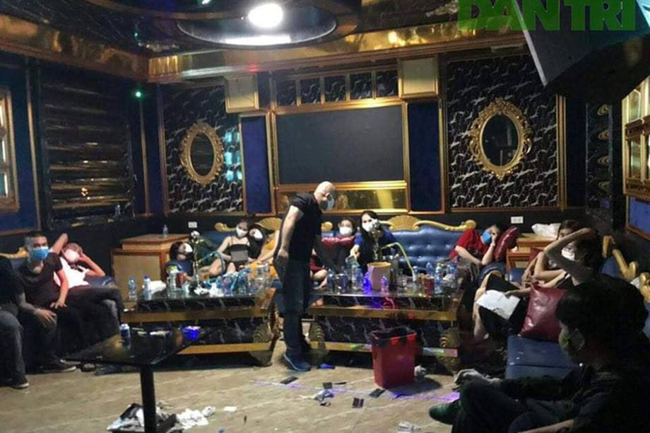 Hàng chục thanh niên thuê phòng karaoke chơi ma túy