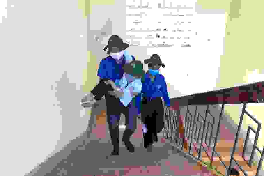 Hà Tĩnh: Tình nguyện viên cõng thí sinh khuyết tật đi thi