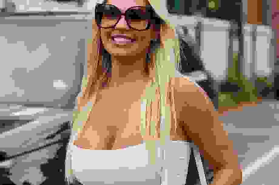 Hoa hậu Liverpool mặc áo trễ nải ra phố