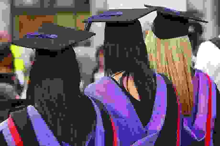 """Anh: Các trường đại học cam kết """"mạnh tay"""" do lạm phát bằng hạng ưu"""