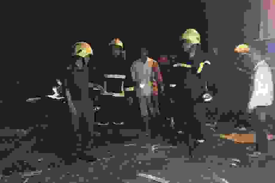 Lở đá khiến sập nhà, 2 người thương vong, 3 người kịp chạy thoát thân