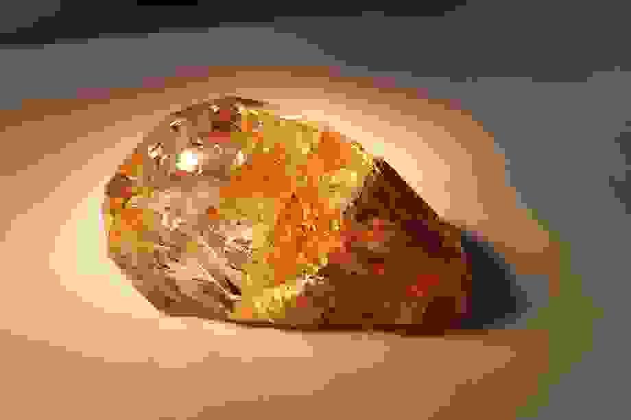 Đào được viên kim cương màu hổ phách lớn chưa từng thấy ở Nga