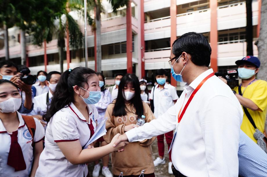 Thứ trưởng Bộ GD&ĐT Nguyễn Văn Phúc kiểm tra thi, động viên thí sinh TPHCM