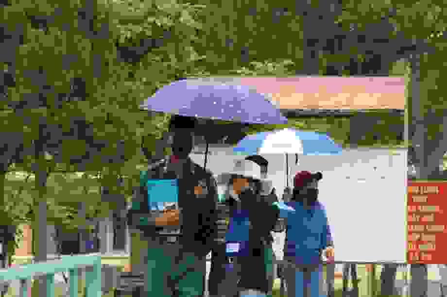 """Những """"chiến sĩ áo xanh"""" làm lá chắn bảo vệ, hỗ trợ thí sinh thi tốt nghiệp"""