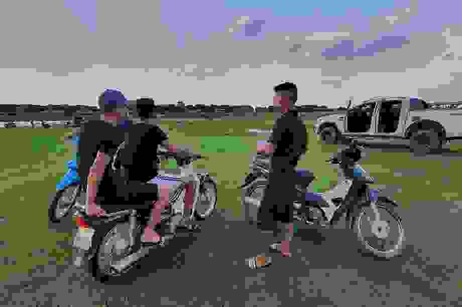 """Hà Nội: Người dân bị thu phí """"BOT lạ"""" khi vui chơi ở bãi sông Hồng?"""