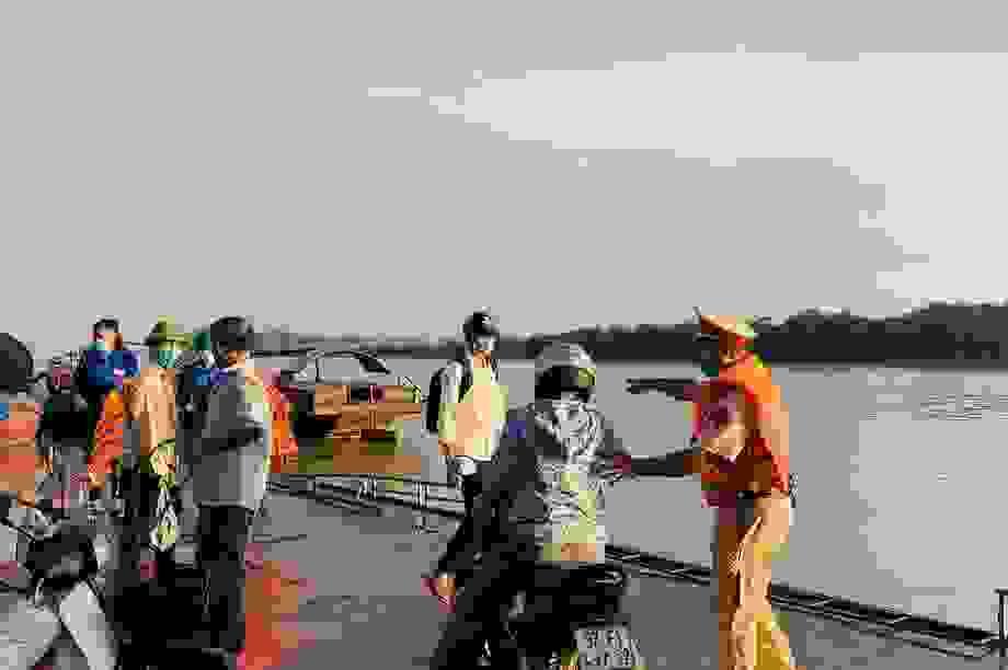 Cảnh sát Giao thông có mặt từ 5h sáng đưa 200 thí sinh qua sông đi thi