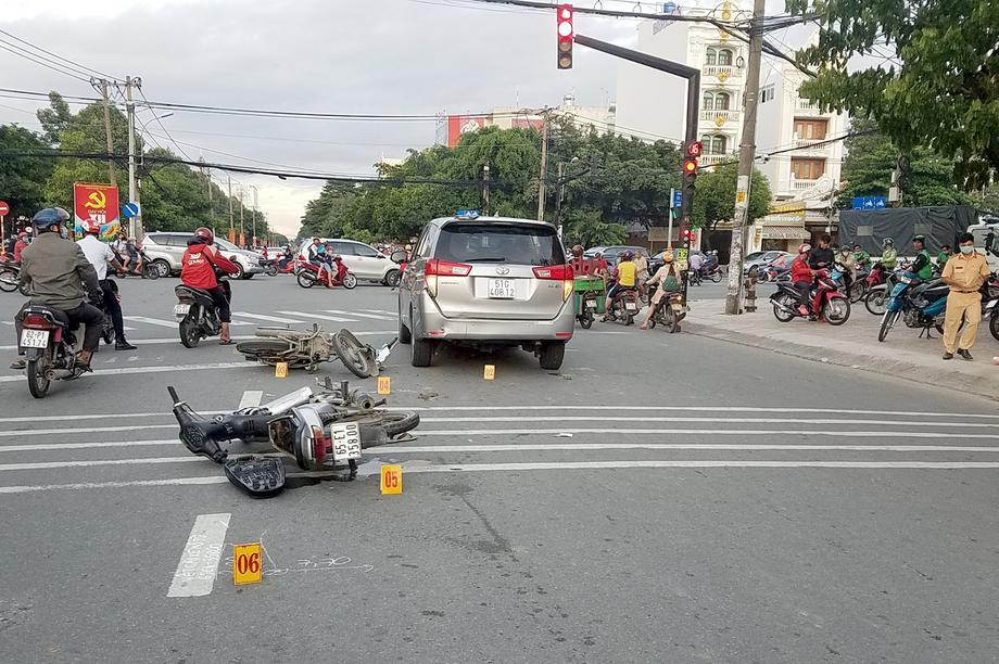 Nhóm cướp điện thoại gây tai nạn trên đường trốn chạy trinh sát