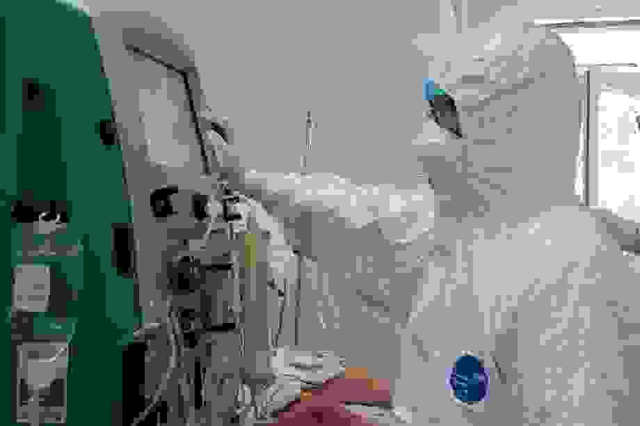 Bộ Y tế chi viện hai giáo sư đầu ngành vào miền Trung chống dịch Covid-19