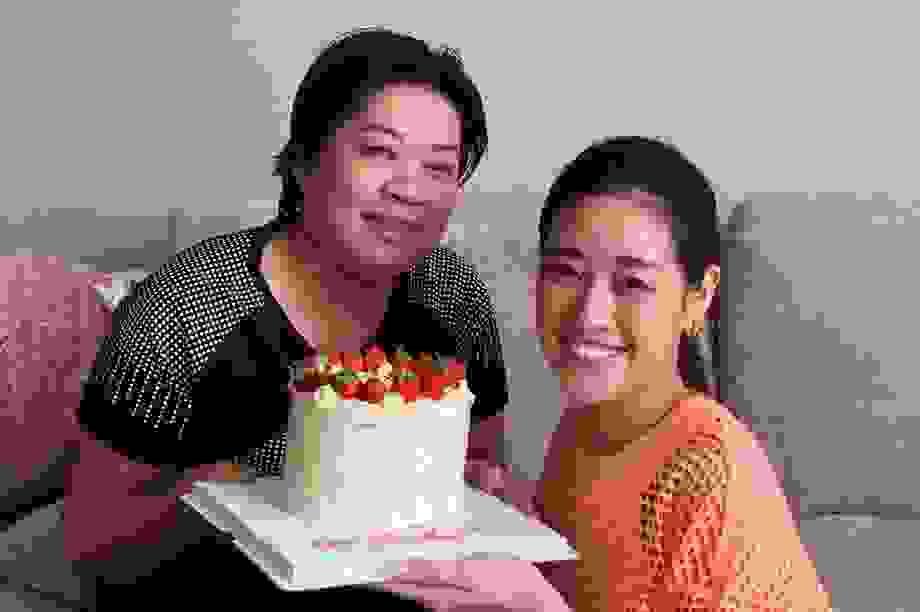 Hoa hậu Khánh Vân tự làm bánh sinh nhật mẹ vừa tình cảm, an toàn mùa dịch