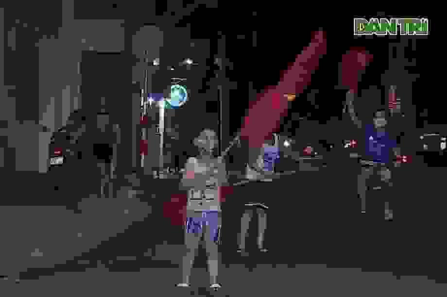 Người dân một số tuyến phố Đà Nẵng phất cờ ăn mừng gỡ phong tỏa