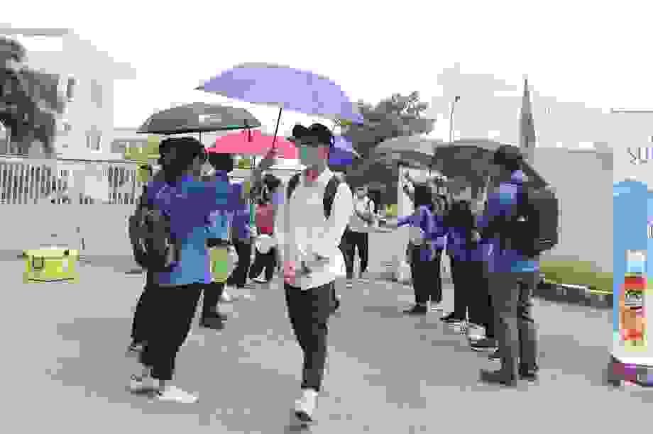 """Thanh niên tình nguyện """"sát cánh"""" cùng thí sinh thi tốt nghiệp THPT 2020"""
