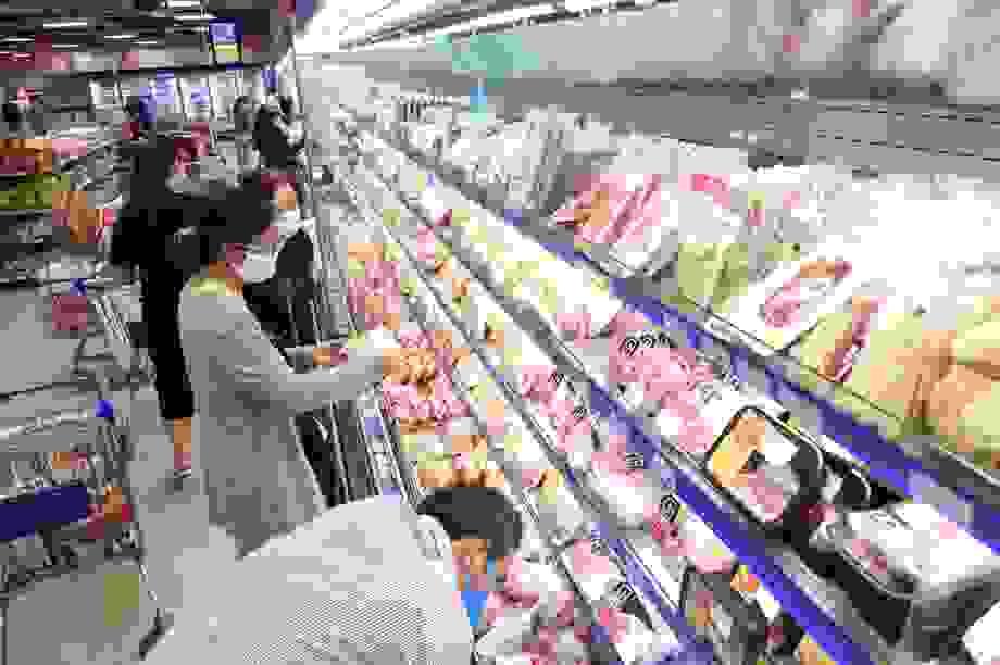 """Người dân khó khăn vì Covid-19, siêu thị """"đồng loạt"""" giảm giá thực phẩm"""