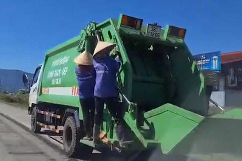 """Tước bằng lái tài xế để 4 công nhân thu gom rác """"đùa giỡn với thần chết"""""""
