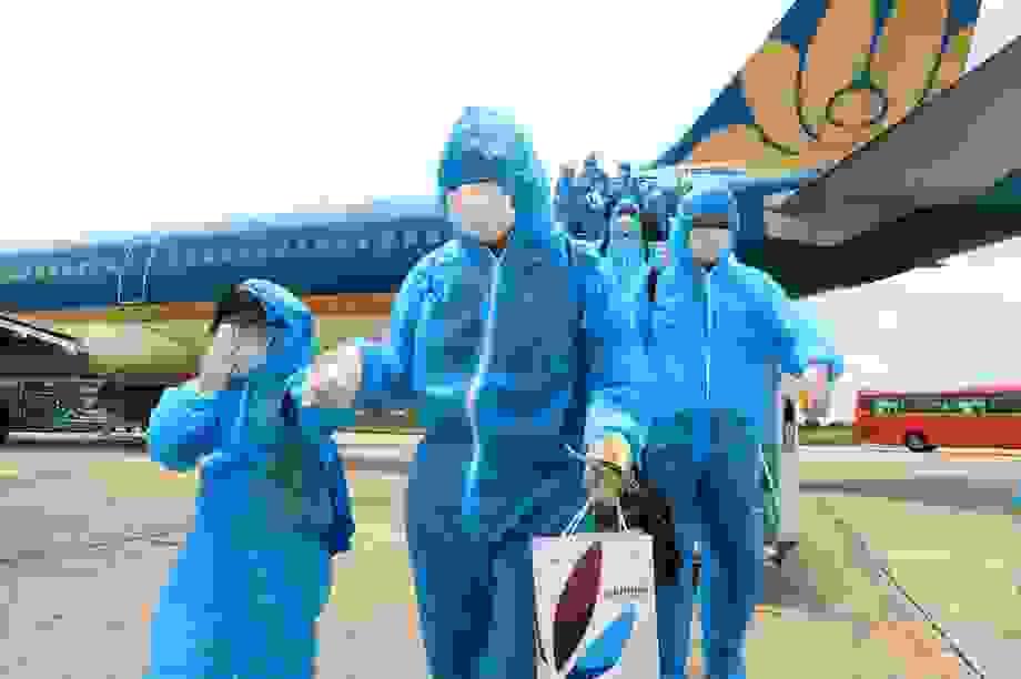 """Chuyến bay đầu tiên """"giải cứu"""" 207 du khách Hà Nội mắc kẹt tại Đà Nẵng"""