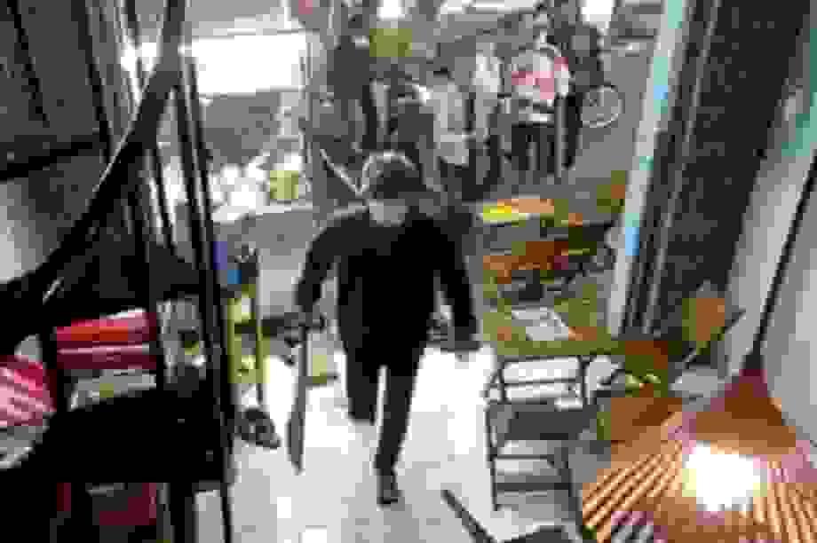 Hơn 10 thanh niên cầm dao, mã tấu đập phá quán trà sữa