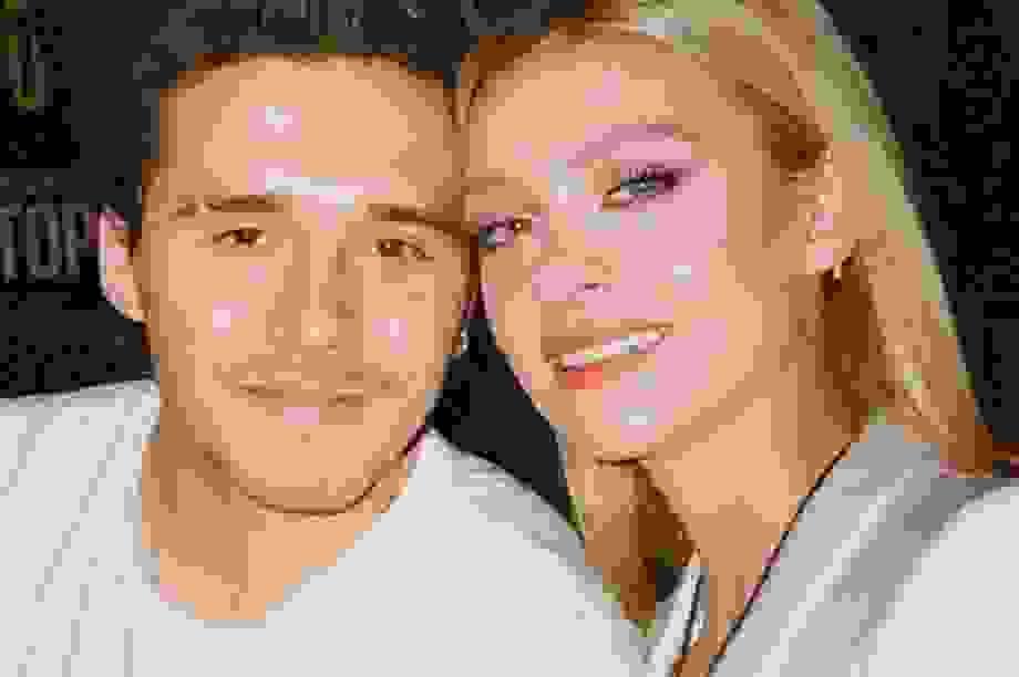 Brooklyn Beckham đưa bạn gái ghé cửa hàng thời trang của mẹ