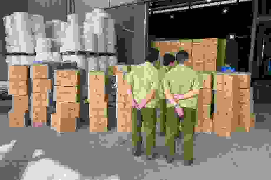 """Dịch Covid-19, dân buôn khẩu trang """"dỏm"""" hoạt động rầm rộ"""