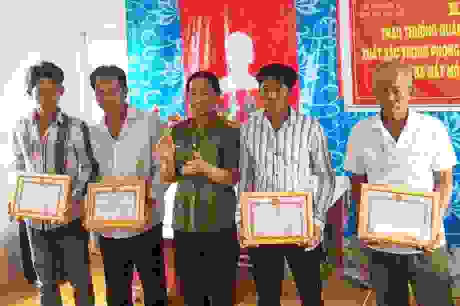 Khen thưởng 4 công dân truy bắt 2 đối tượng cạy cửa nhà dân