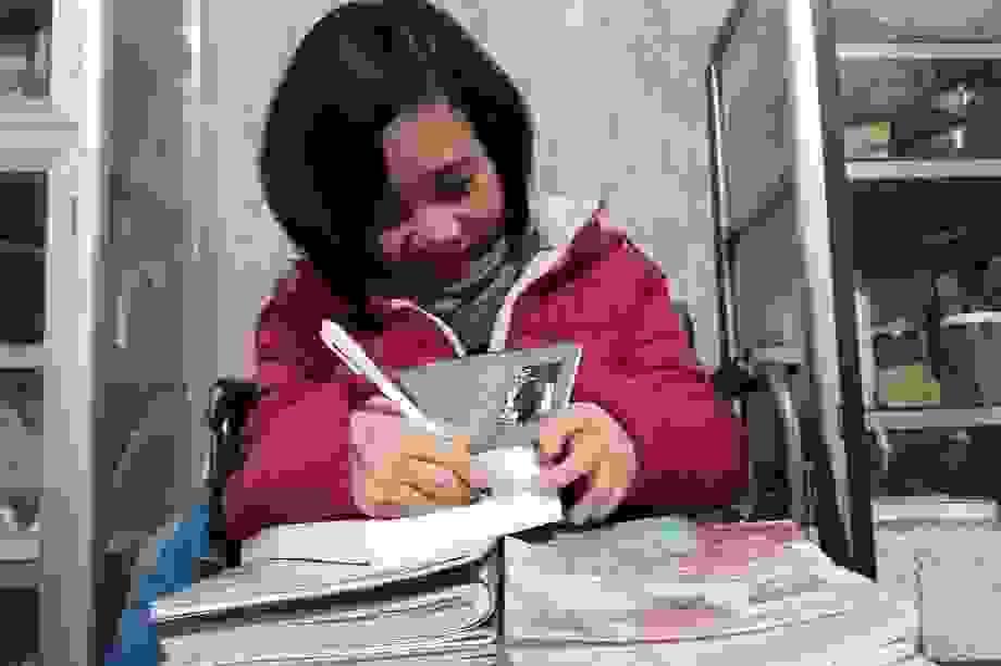 Vượt qua bệnh hiểm nghèo, cô gái làm thư viện cho mọi người đọc miễn phí