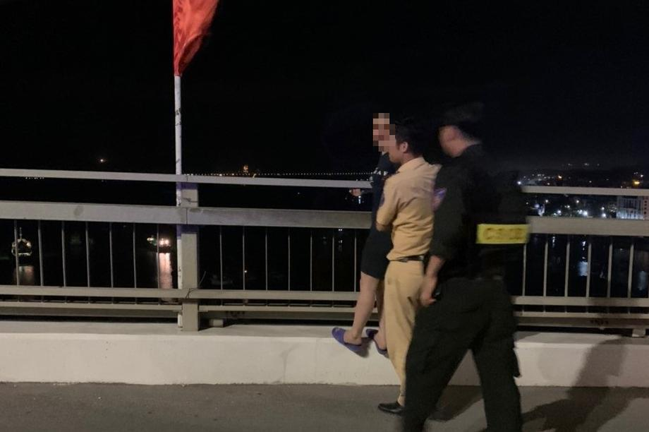 Kịp thời cứu mộtphụ nữ định nhảy cầu Bãi Cháy tự tử trong đêm