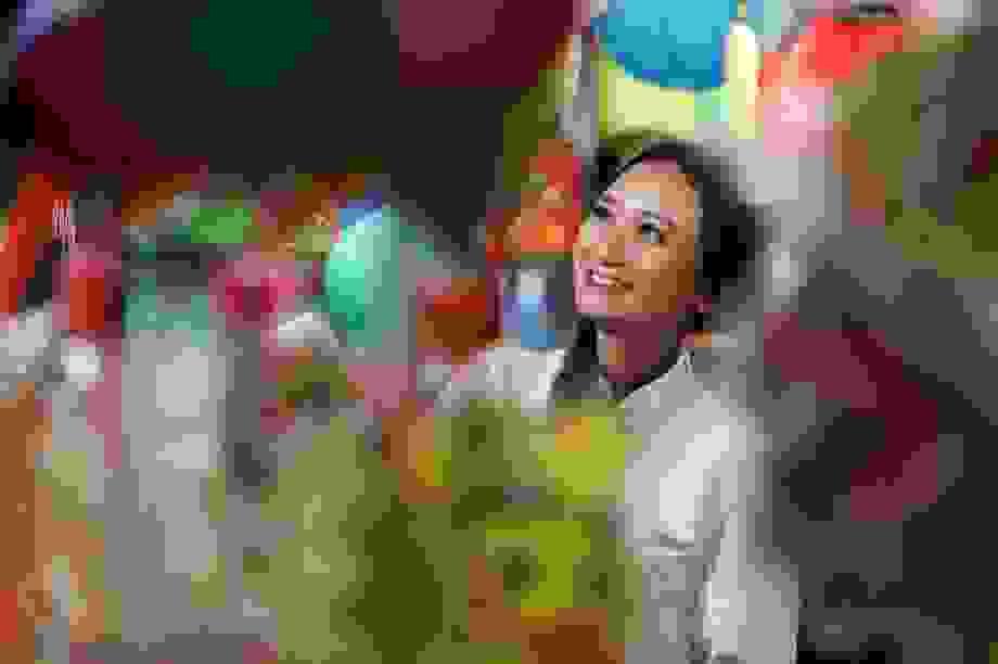 """Giới trẻ lên đồ đi """"check-in"""" phố lồng đèn Sài Gòn"""