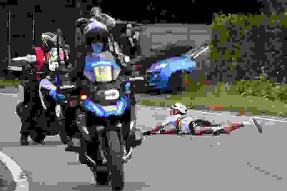 Tông vào moto bảo vệ, nhà vô địch đua xe đạp tai nạn kinh hoàng