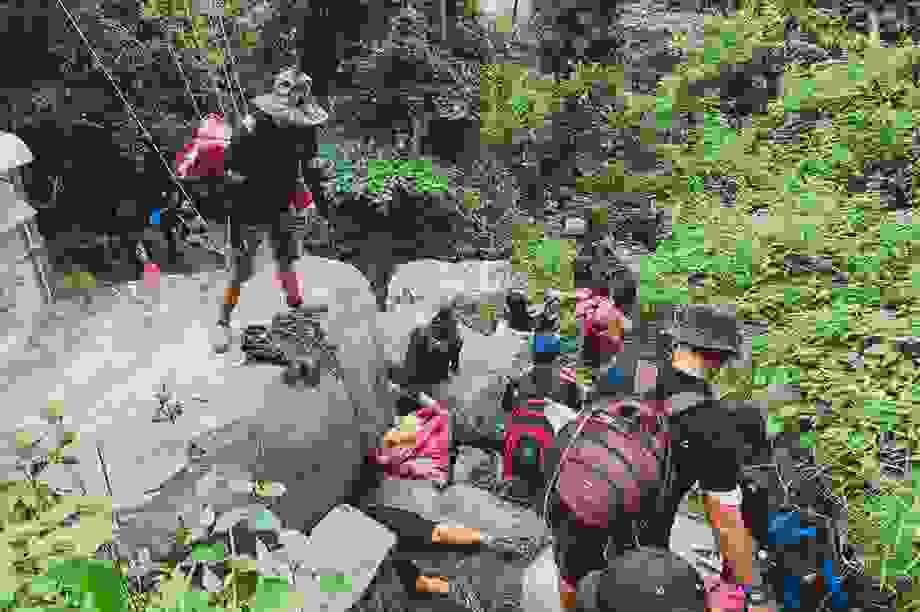 Hành trình leo núi kết hợp nhặt rác trên núi Bà Đen cao nhất Đông Nam Bộ