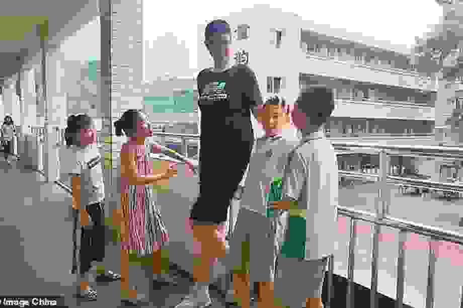 Trường Trung Quốc đặt riêng bàn ghế cho nam sinh cao 2m21