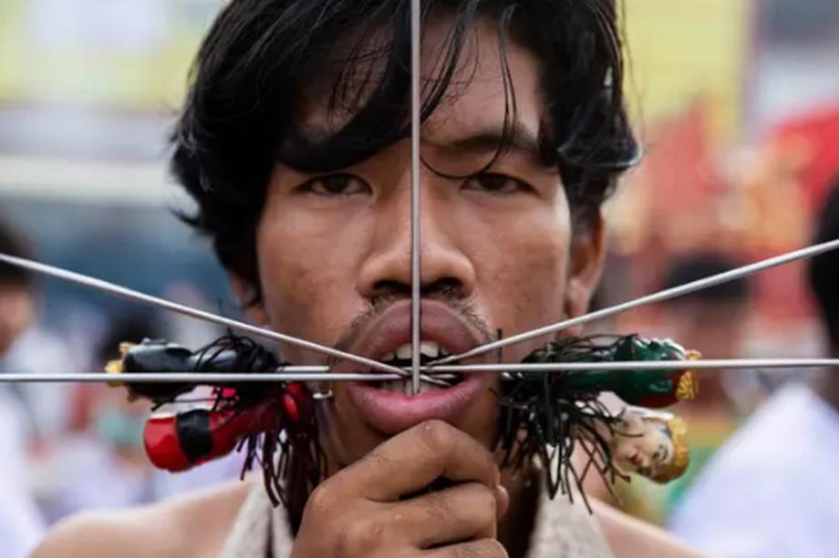 Rùng mình với màn xuyên que qua miệng trong lễ hội ở Thái Lan