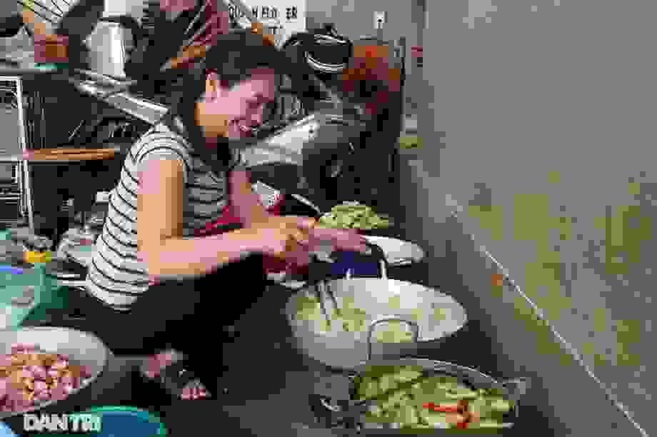 Hàng nghìn suất cơm miễn phí ấm tình người trong mùa mưa lũ