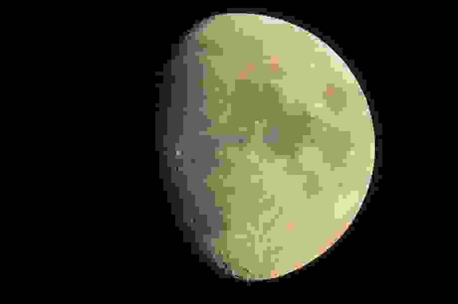 NASA công bố phát hiện ra nước trên bề mặt Mặt trăng