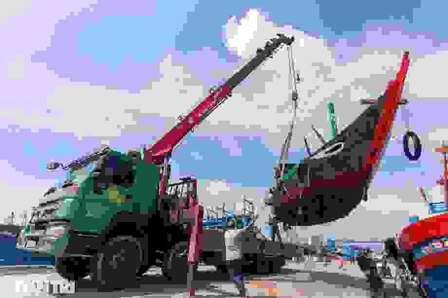 Hàng trăm tàu thuyền của ngư dân Đà Nẵng được đưa lên bờ tránh bão số 9