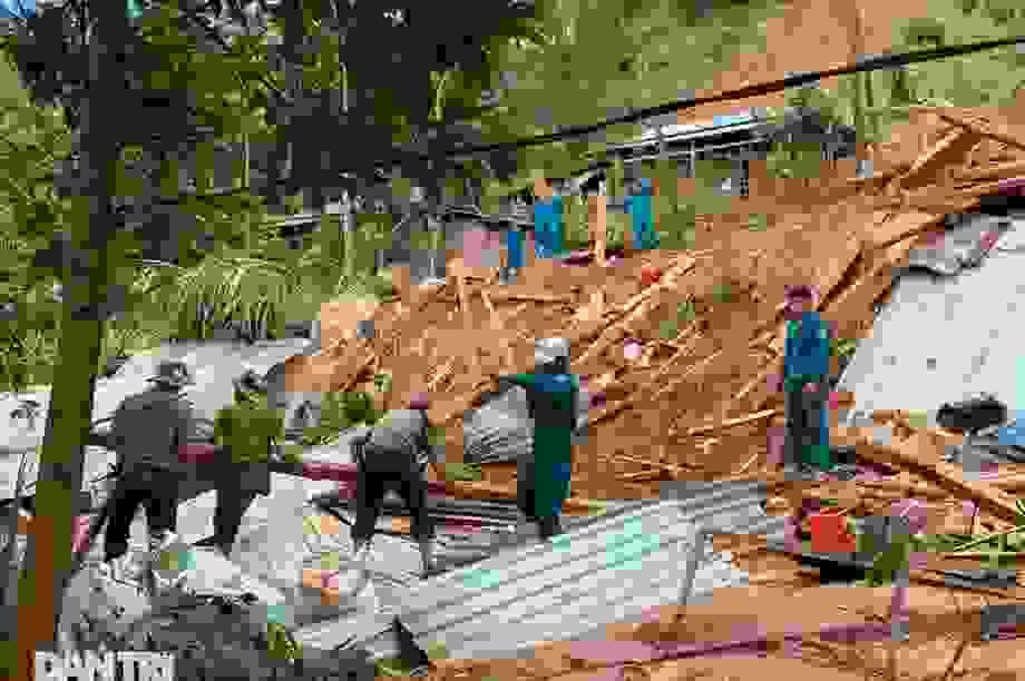 Băng rừng, vượt 20 điểm sạt lở để cứu hộ nạn nhân bị vùi lấp ở Trà Vân
