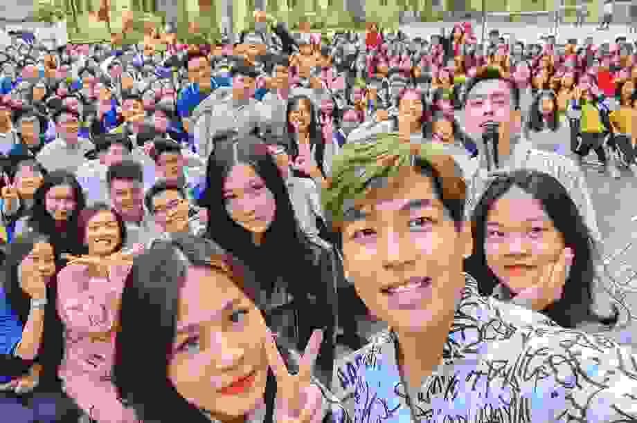 Diễn viên Bí Mật Của Gió được hàng ngàn học sinh 'săn đón' tại Hà Nội