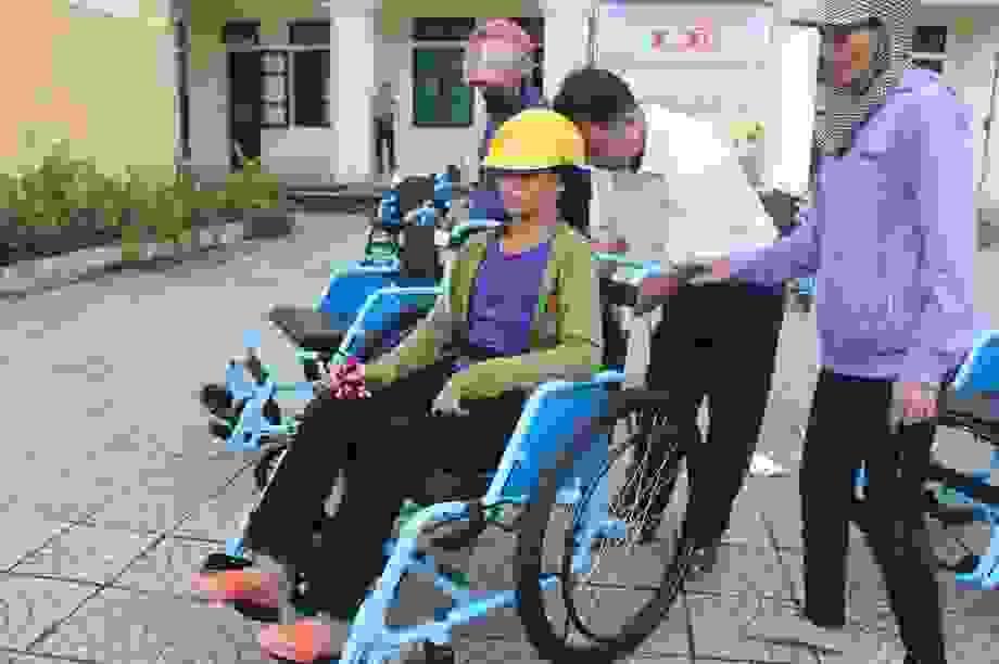 Người khuyết tật vui mừng nhận 65 chiếc xe lăn